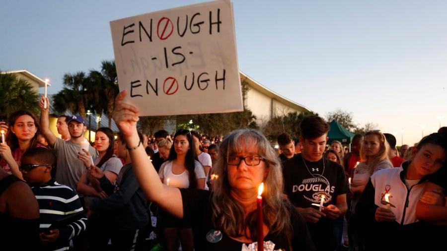 Pessoas de luto em vigília pelas vítimas do tiroteio na escola Marjory Stoneman Douglas em Parkland, Flórida - Rhona Wise/AFP