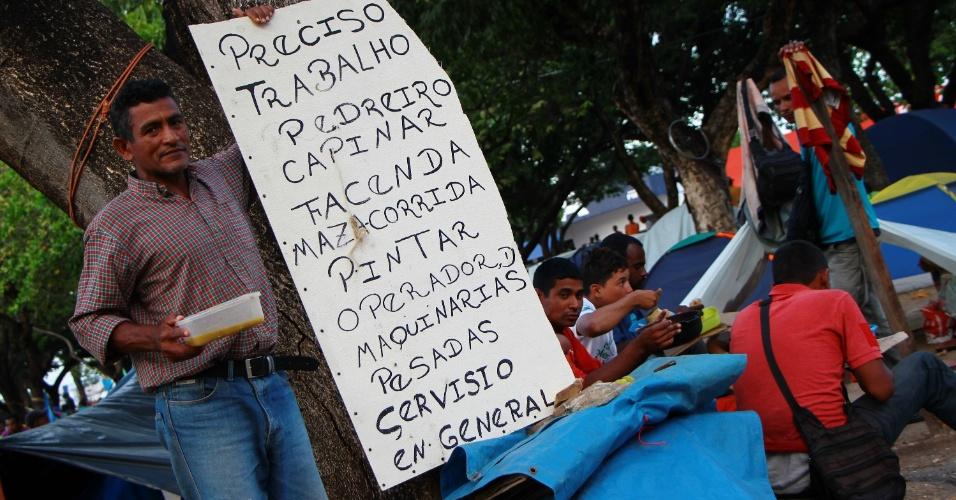Venezuelano pede emprego com cartaz na praça Simón Bolívar, em Boa Vista