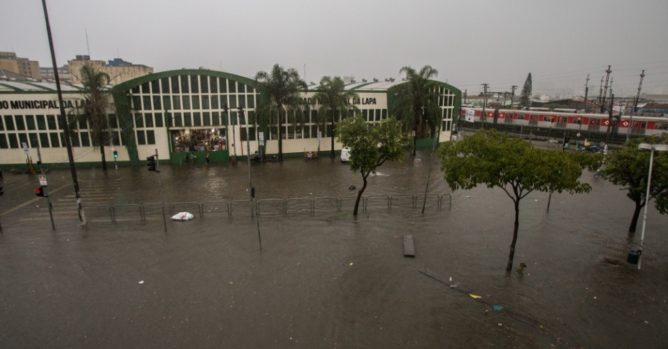 20.mar.2018 - Região da Lapa, zona oeste de São Paulo, é castigada por forte temporal que atingiu a capital paulista no final da tarde desta terça-feira