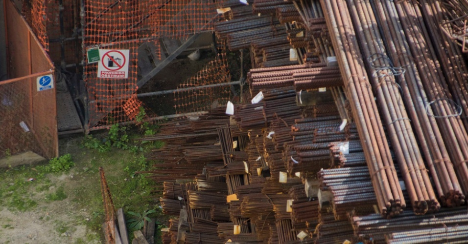 22.mar.2018 - Vigas de ferro enferrujam ao relento no canteiro de obras da estação Bello Campo, do metrô de Caracas: obras da Odebrecht estão paradas desde 2015