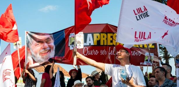 Manifestantes a favor do ex-presidente Lula fazem ato no Largo da Ordem, em Curitiba - Henry Milleo/Fotoarena/Estadão Conteúdo