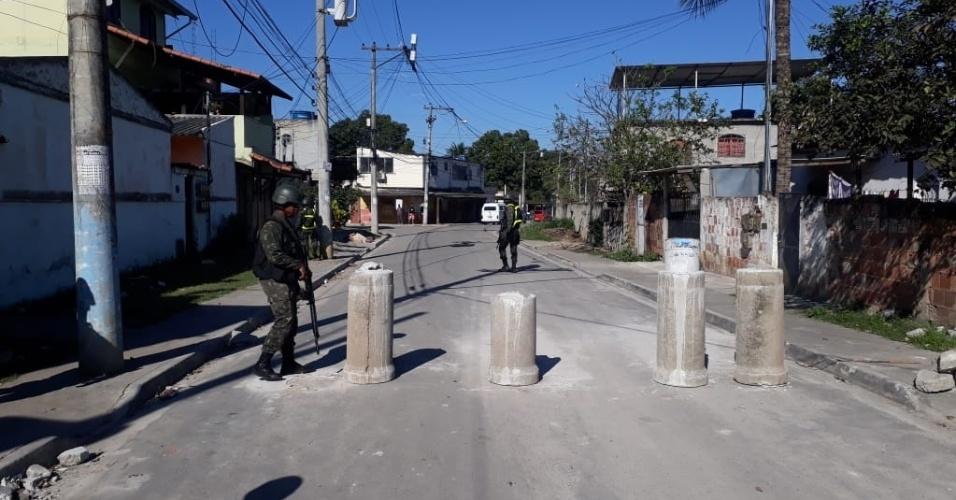 29.ago.2018 - Militares encontram barricadas em ruas do complexo do Salgueiro, em São Gonçalo