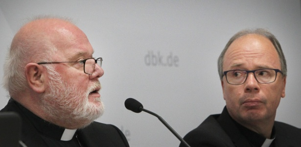 25.set.2018 - Presidente da Conferência Episcopal Alemã, Reinhard Marx (esq.), apresenta relatório sobre os abusos de membros da igreja na Alemanha - Daniel Roland/AFP