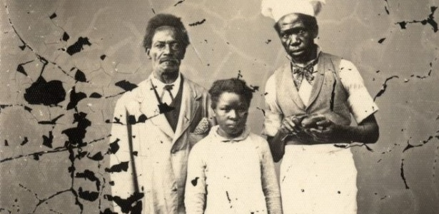 Ex-escravos fotografados em estúdio, no final do século 19, em Porto Alegre - Acervo do Museu de Porto Alegre Joaquim Felizardo