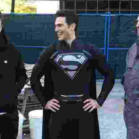 """Tyler Hoechlin nos bastidores de """"Elseworlds"""", com o uniforme preto do Superman - Reprodução/Instagram"""