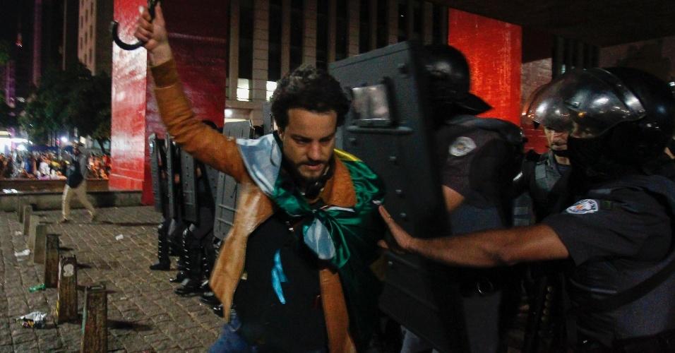 28.out.2018 - Polícia confronta manifestante na avenida Paulista, após resultado das eleições