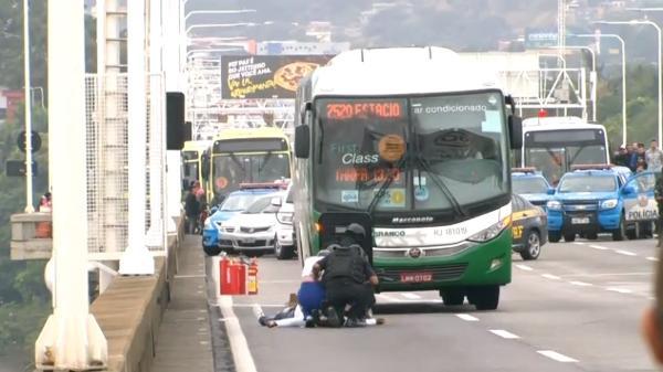 Image result for Homem armado faz reféns durante sequestro a ônibus no Rio de Janeiro