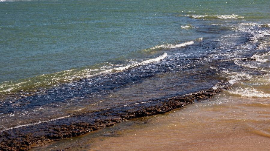 9.out.2019 - Manchas de óleo podem ser vistas em alguns pontos da Praia Pontal do Coruripe, no litoral norte de Alagoas - Ana Leal/Fotográfico/Estadão Conteúdo