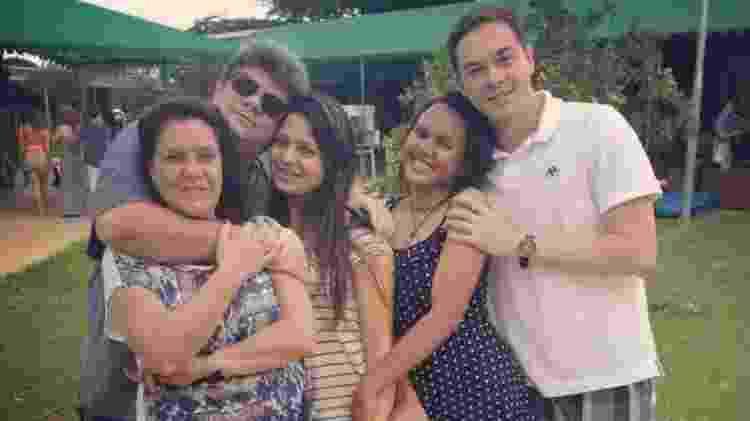 Susana e Wanderlan (hoje separados), junto com os filhos Mirela, Ester e Felipe, em foto tirada há cerca de três anos: família convive diariamente com a saudade de Artur - Arquivo pessoal