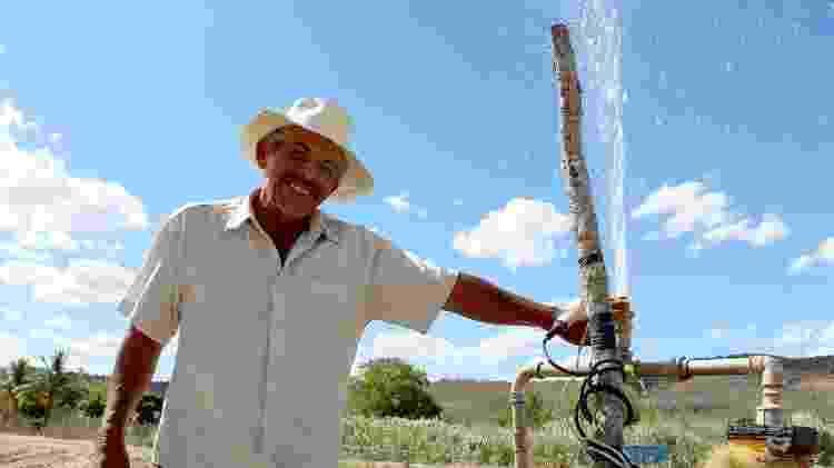 O agricultor Edésio Melo, o Seu Dedé, um dos primeiros beneficiados com as barragens - Álvaro Muller/UOL - Álvaro Muller/UOL