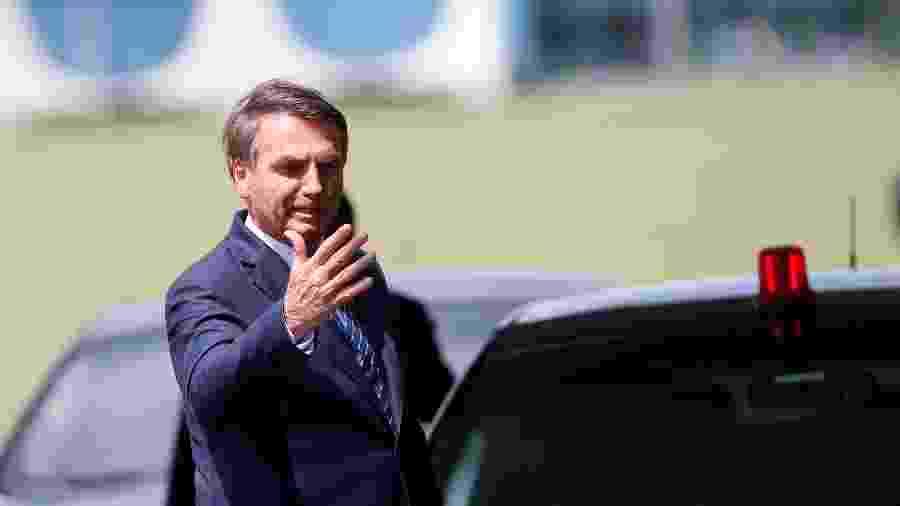 Presidente Jair Bolsonaro acena ao deixar o Palácio da Alvorada - ADRIANO MACHADO