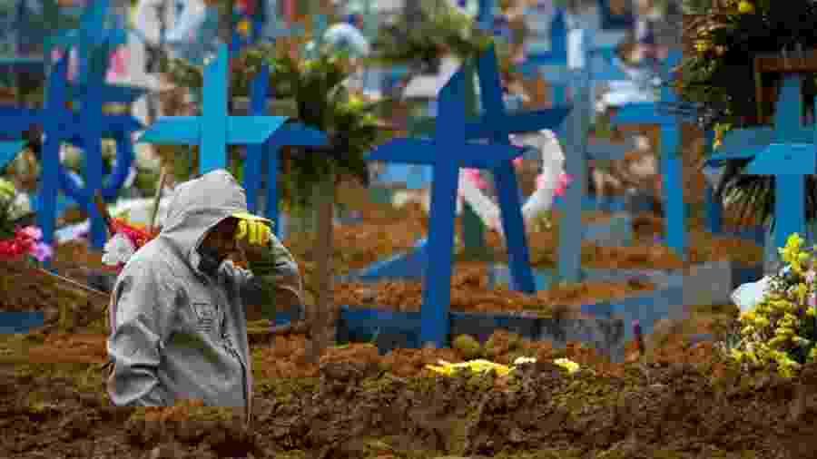 Coveiro no cemitério Nossa Senhora Aparecida, em Manaus - Lucas Silva/picture alliance via Getty Images