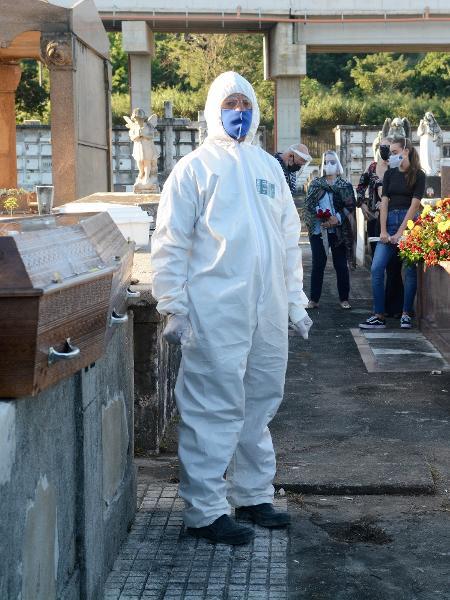 Sepultamento de vítima de coronavirus no cemitério São Francisco Xavier,em Caju, Zona Norte do Rio de Janeiro - JORGE HELY/FRAMEPHOTO/ESTADÃO CONTEÚDO