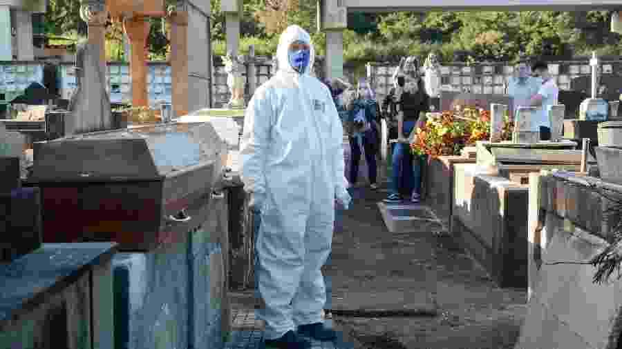 26.mai.2020 - Sepultamento de vítima de coronavirus no cemitério São Francisco Xavier,em Caju, Zona Norte do Rio de Janeiro - JORGE HELY/FRAMEPHOTO/ESTADÃO CONTEÚDO