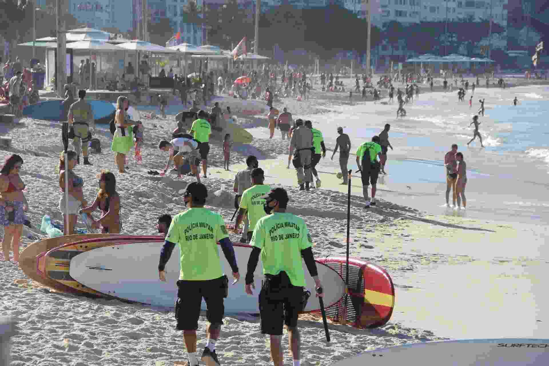 A praia de Copacabana, localizada na zona Sul do Rio de Janeiro, registra fluxo intenso de banhistas neste domingo (21), em meio à pandemia do coronavírus - Fausto Maia/TheNews2/Estadão Conteúdo
