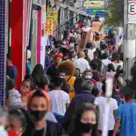 24.jun.2020 - Movimentação no comércio de São Paulo durante pandemia; Fiocruz alerta que nenhum estado apresenta redução da transmissão de covid-19 - Mineto / Estadão Conteúdo