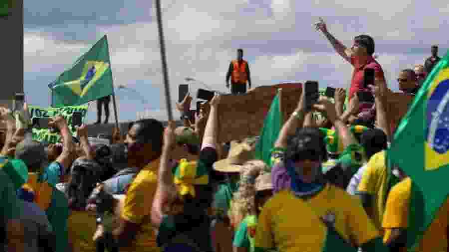 Bolsonaro faz discurso golpista em frente ao QG do Exército, em Brasília, no dia 19 de abril. Atual ministro da Justiça não viu nada de errado... - Pedro Ladeira/Folhapress