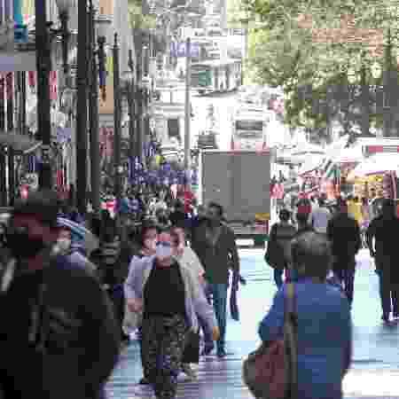 Movimentação na rua General Carneiro, na cidade São Paulo, no período de isolamento social - FERNANDA LUZ/ESTADÃO CONTEÚDO