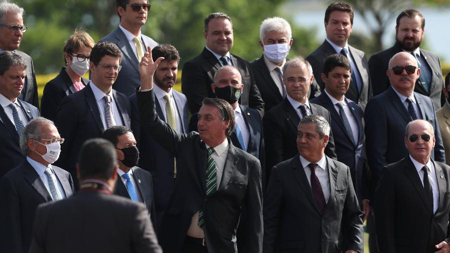 Jair Bolsonaro (sem partido) participa da cerimônia de hasteamento da bandeira nacional no Palácio do Alvorada ao lado de ministros - Gabriela Biló/Estadão Conteúdo