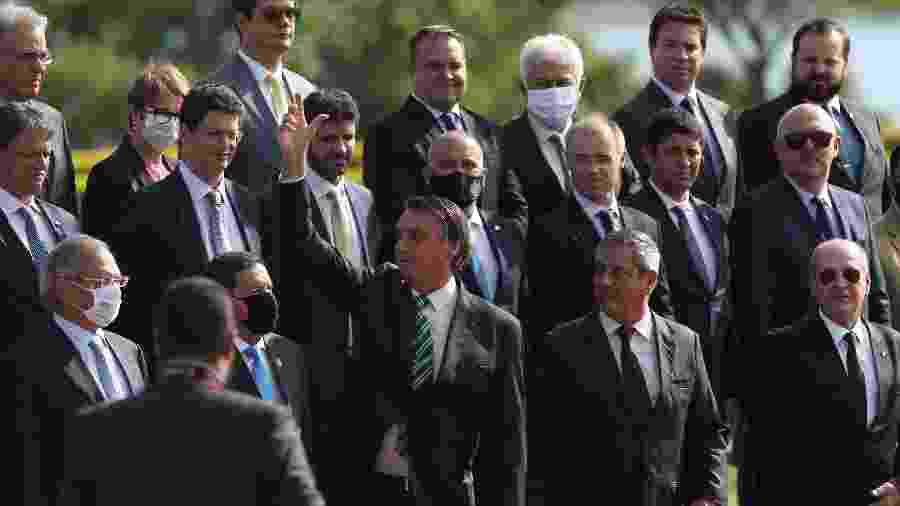 Bolsonaro participa da cerimônia de hasteamento da bandeira no Palácio do Alvorada ao lado de ministros e outras autoridades - Gabriela Biló/Estadão Conteúdo