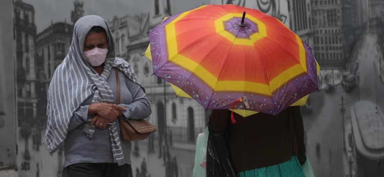 Pedestres se protegem da chuva que cai na região central de São Paulo (SP), nesta quinta-feira (22) - RENATO S. CERQUEIRA/FUTURA PRESS/ESTADÃO CONTEÚDO
