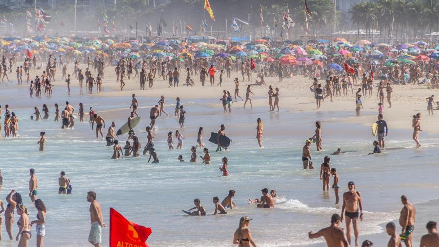 Arquivo; Movimentação na Praia do Leme, no Rio; prefeitura prorrogou medidas de restrição contra a covid-19 - Bruno Martins/Estadão Conteúdo/5.jun.2021