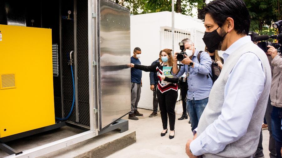 O prefeito de São Paulo, Ricardo Nunes (MDB), e o secretário municipal de Saúde, Edson Aparecido, entregam uma nova miniusina de oxigênio nas futuras instalações da UBS Vila Mariana, zona sul da cidade - ROBERTO COSTA/ESTADÃO CONTEÚDO