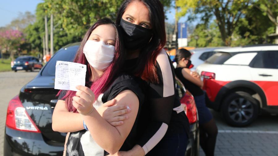 Maria Fernanda, 17 anos, e a mãe Beatriz Froés comemoram vacinação contra a covid-19 em Niterói - Prefeitura de Niterói/Luciana Carneiro