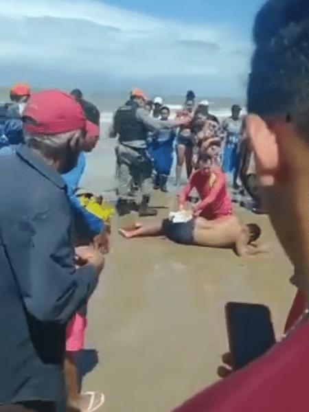 Banhistas fizeram registros dos primeiros socorros a homem mordido por tubarão - Reprodução/Twitter