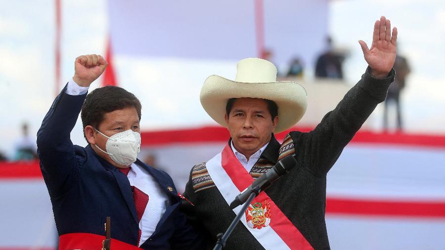 O presidente do Peru, Pedro Castillo, e Guido Bellido cumprimentam apoiadores durante cerimônia de posse - AFP/Presidência Peruana/Ernesto Arias