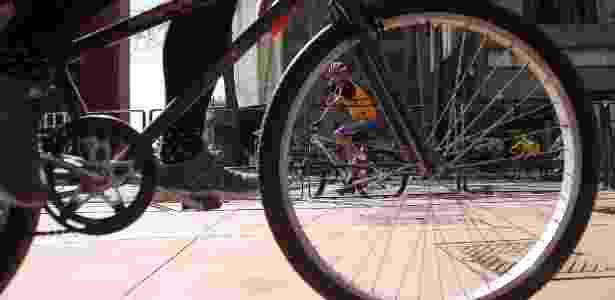 Ciclistas pedalam na ciclovia da avenida Paulista, de São Paulo - Reinaldo Canato/UOL - Reinaldo Canato/UOL