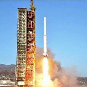 7.fev.2016 - Em imagem da televisão estatal norte-coreana, foguete é lançado de base no nordeste da Coreia do Norte
