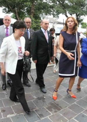 24.fev.2016 - A diretora-geral da OMS, Margaret Chan (à esq.), visita o Instituto de Medicina Integral Professor Fernando Figueira, no Recife (PE), vestindo camiseta da campanha Zika Zero, do governo federal