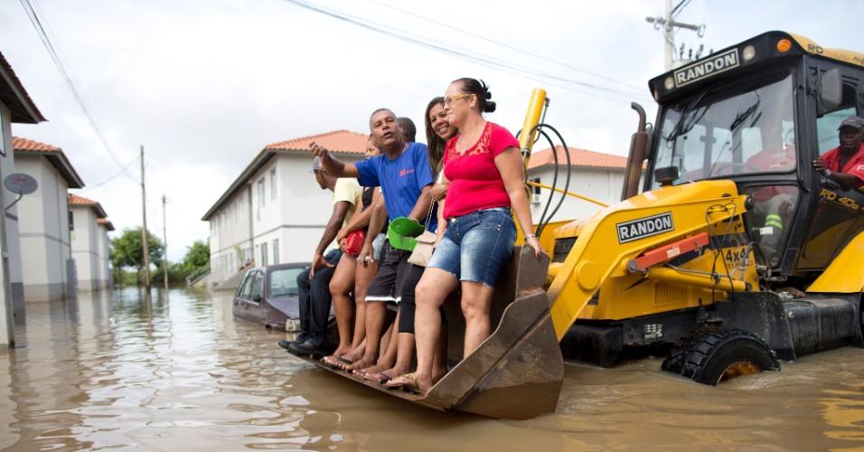 2.mar.2016 - Militares da Marinha do Brasil atuam na remoção de moradores isolados em áreas alagadas do Residencial Carlos Marighella e outras localidades de Maricá (RJ). Os moradores ilhados têm deixado as casas em canoas e cavalos