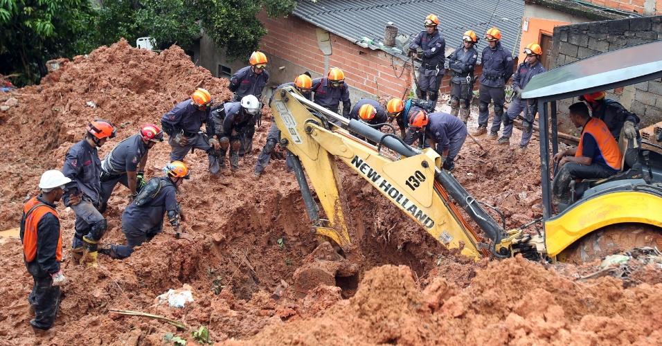 11.mar.2016 - Agentes do Copo de Bombeiros procuram por vítimas em local de deslizamento de terra em Francisco Morato, na Grande São Paulo, onde mãe e filho foram soterrados na madrugada desta sexta