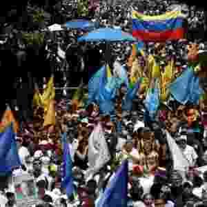12.mar.2016 - Milhares de manifestantes foram às ruas de Caracas neste sábado (12) para pedir a renúncia do presidente Nicolás Maduro. A oposição avisou que vai realizar uma série de protestos para tentar tirar Maduro do poder por meio de dispositivos legais, como um referendo popular - Carlos Garcia Rawlins/Reuters