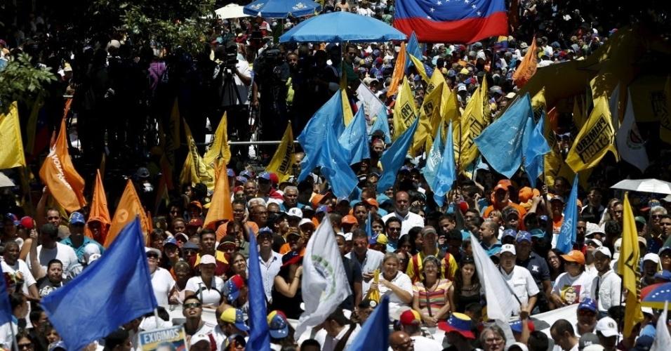 12.mar.2016 - Milhares de manifestantes foram às ruas de Caracas neste sábado (12) para pedir a renúncia do presidente Nicolás Maduro. A oposição avisou que vai realizar uma série de protestos para tentar tirar Maduro do poder por meio de dispositivos legais, como um referendo popular