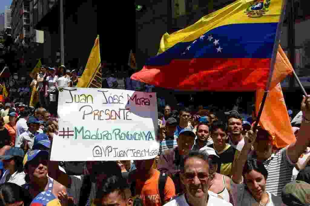 12.mar.2016 - Milhares de opositores do presidente venezuelano Nicolás Maduro tomaram as ruas de Caracas neste sábado (12), dando início a uma nova onda de manifestações que pedem a renúncia do presidente. A oposição busca maneiras legais de tirar Maduro do poder, como a realização de um referendo e uma emenda constitucional para reduzir seu mandato - Federico Parra/AFP Photo