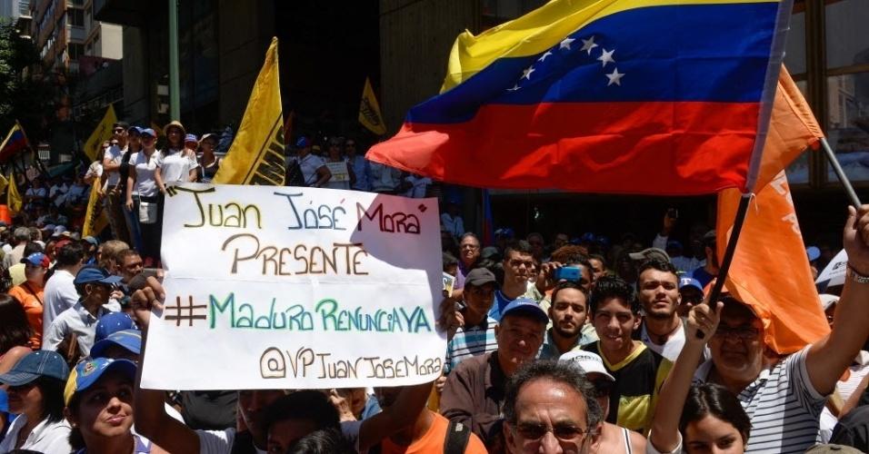 12.mar.2016 - Milhares de opositores do presidente venezuelano Nicolás Maduro tomaram as ruas de Caracas neste sábado (12), dando início a uma nova onda de manifestações que pedem a renúncia do presidente. A oposição busca maneiras legais de tirar Maduro do poder, como a realização de um referendo e uma emenda constitucional para reduzir seu mandato
