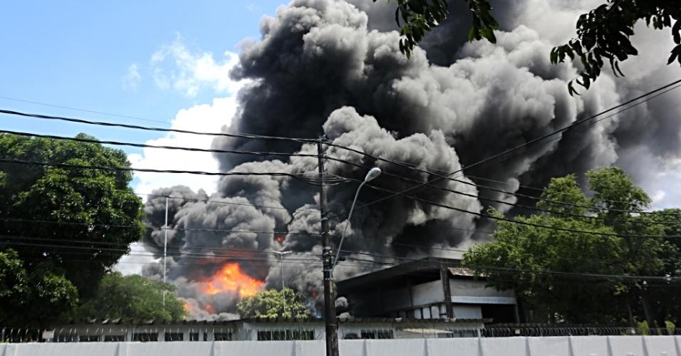 6.abr.2016 - Um incêndio de grandes proporções atinge o prédio da Chesf (Companhia Hidrelétrica do São Francisco) no bairro de San Martin, no Recife. Não há informações sobre vítimas