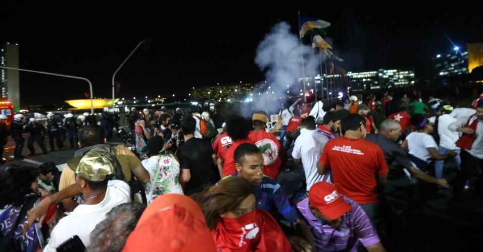 11.mai.2016 - Em Brasília, polícia militar do Distrito Federal atira bombas de gás lacrimogêneo e gás de pimenta contra manifestantes favoráveis à presidente Dilma Rousseff (PT). Ação ocorreu no gramado da Esplanada dos Ministérios, na altura do Ministério da Justiça