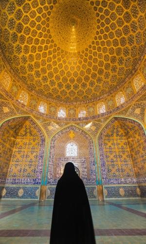 Na mesquita de Sheikh Lotfollah, no Irã, uma mulher veste um chador - véu que mantém a cabeça coberta com a ajuda das mãos. Há uma grande variedade de véus muçulmanos, cada um com um nome e propósito diferentes