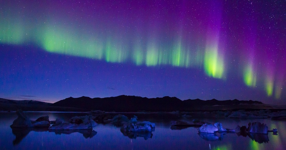 8.ago.2016 - Aurora boreal ilumina o lago Jokulsarlon, na Islândia. O fenômeno acontece durante todo o ano, mas é mais visível no inverno, quando o céu está mais escuro