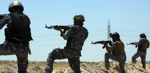 Integrantes da força de segurança iraquiana patrulha a região entre as províncias de Karbala e Anbar
