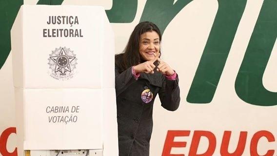 2.out.2016-  A candidata do PSOL à Prefeitura de Curitiba,  Xênia Mello, votou na manhã deste domingo (2) no bairro Água Verde