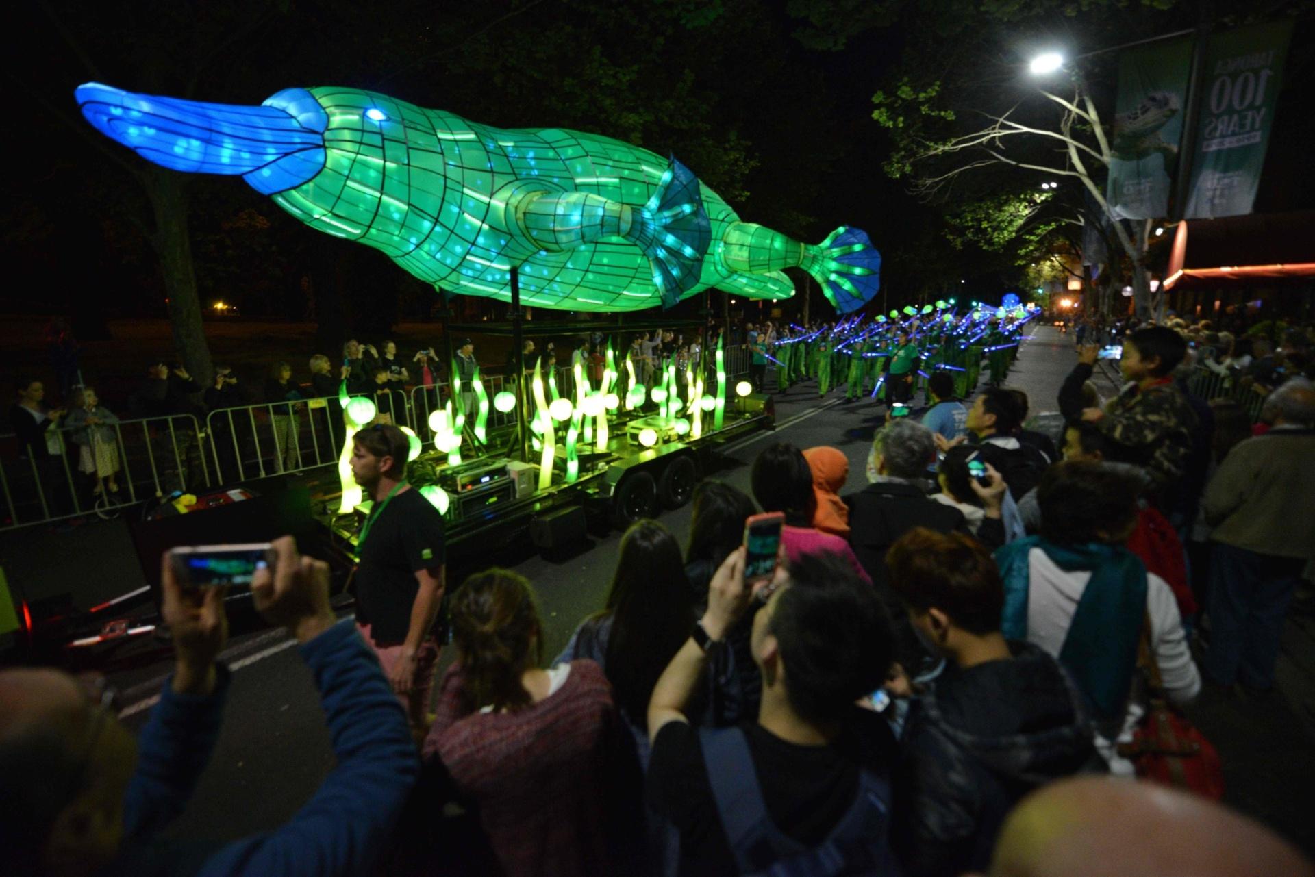 15.out.2016 - Uma escultura de luz gigante de um ornitorrinco fez sucesso durante a parada que celebra o 100º aniversário do zoológico Taronga, em Sydney, na Austrália