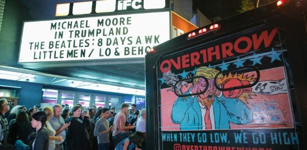 """Público aguarda na entrada de cinema para a estreia de """"TrumpLand"""", em Nova York"""