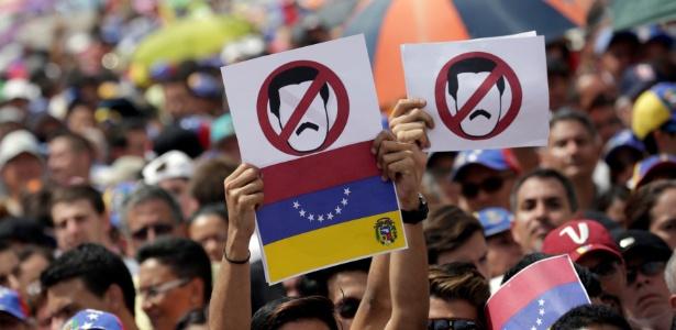 26.out.2016 - Venezuelanos protestam contra o presidente Nicolás Maduro, em Caracas