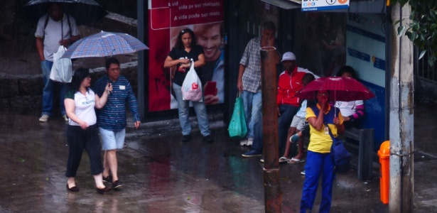 14.nov.2016 - Pedestres se abrigam da chuva no Rio de Janeiro