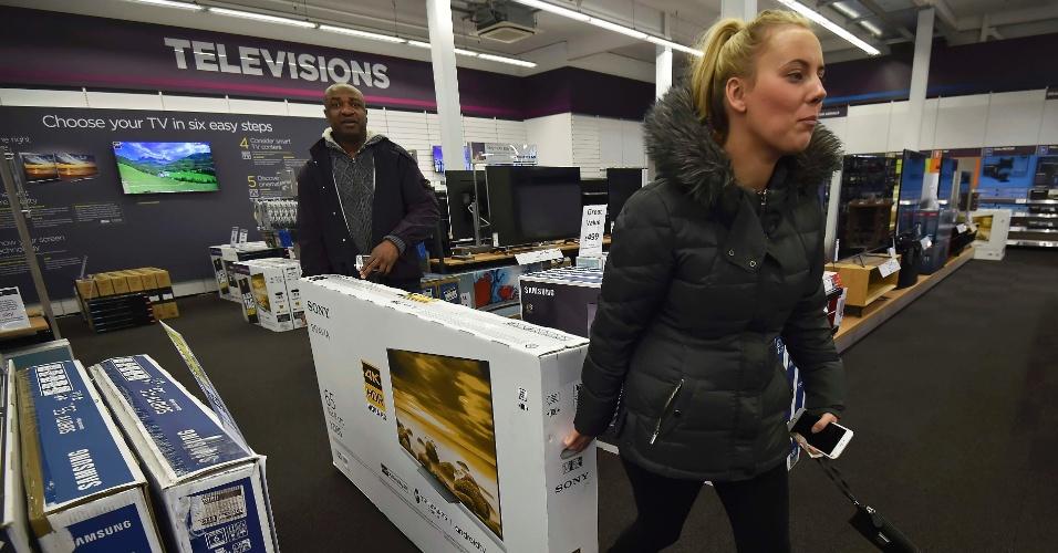 25.nov.2016 - Clientes compram televisão durante a Black Friday em loja de Londres, no Reino Unido, nesta sexta-feira (25)
